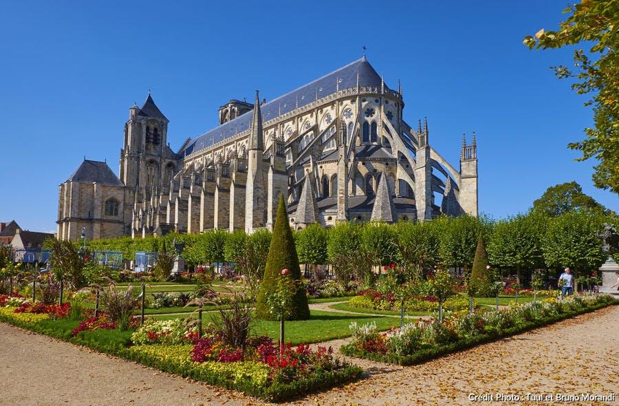 La cathédrale de Bourges et le jardin de l'évêché