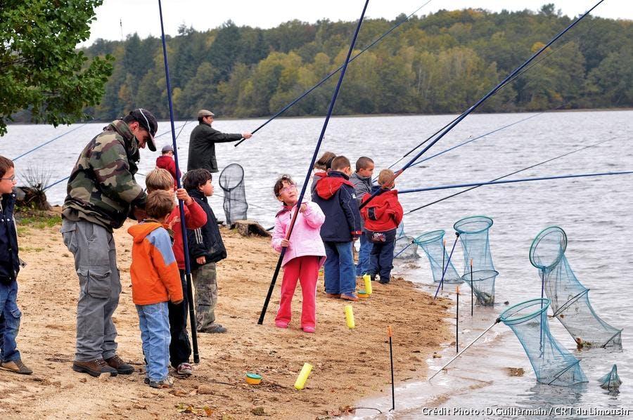 Des enfants apprennent à pêcher lors de leur séjour au Limousin