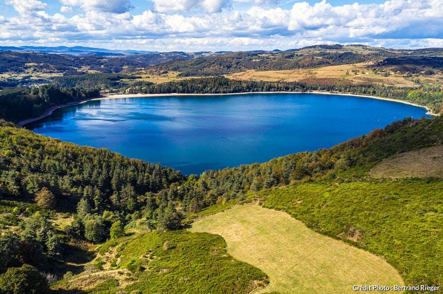 Situé à 1 000 mètres d'altitude, le lac d'Issarlès est un lac de cratère naturel de 5 kilomètres de circonférence et profond de 138 mètres.