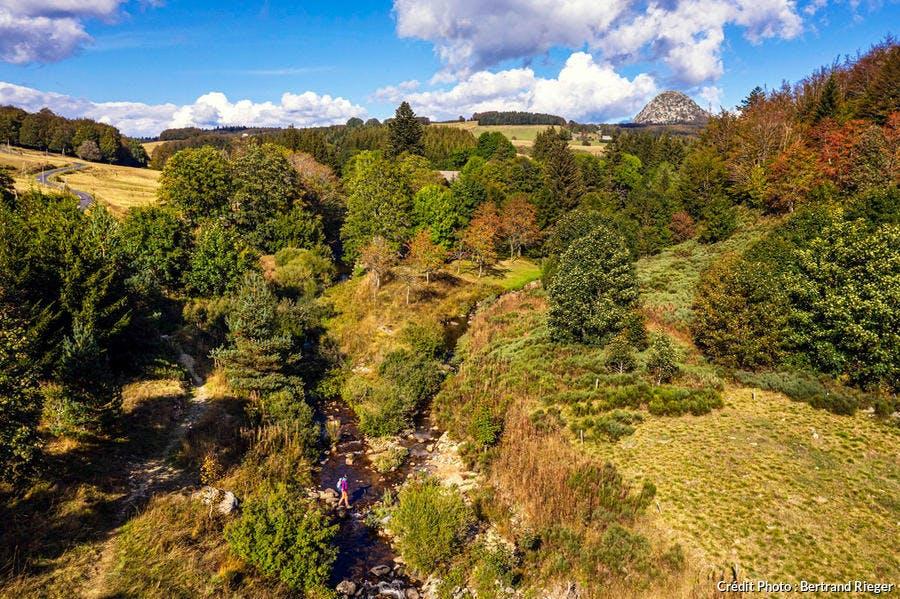 Panorama sur le mont Gerbierde- jonc depuis le GR7, dont une partie suit la ligne de partage des eaux.