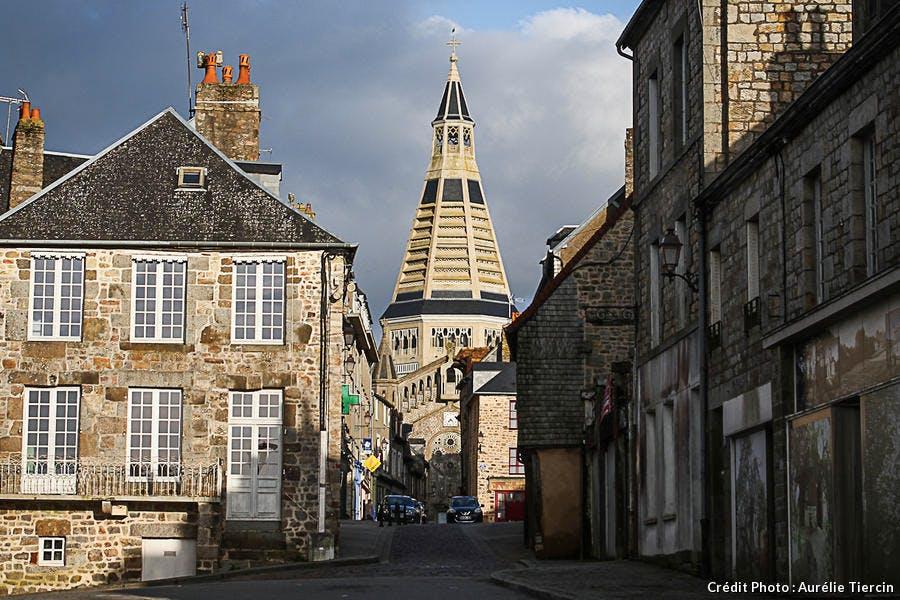 Rue et Eglise Saint-Julien à Domfront