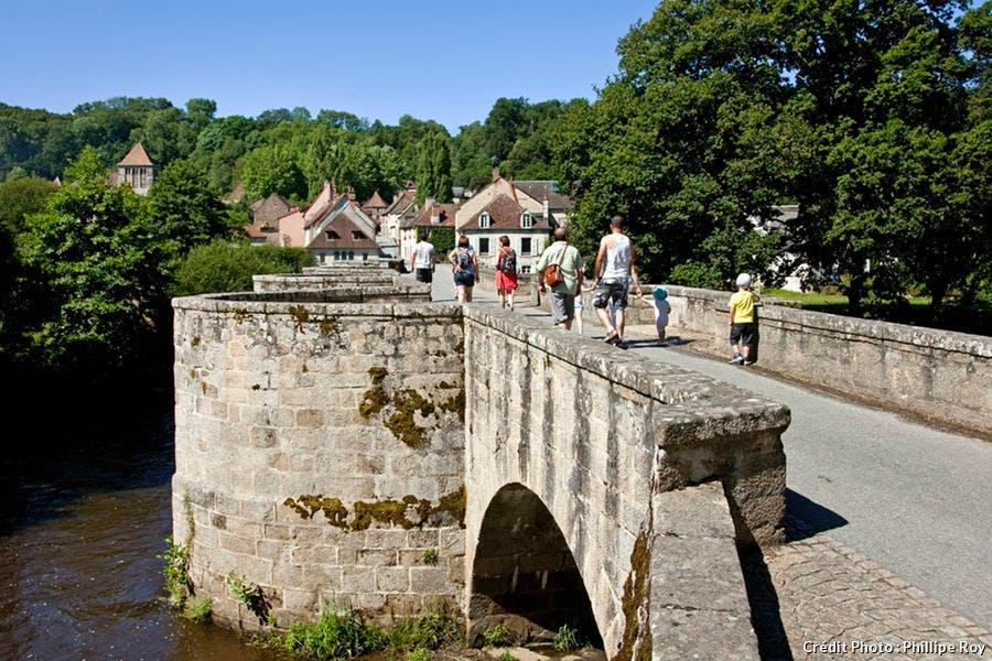 Pont menant à Moutier d'Ahun