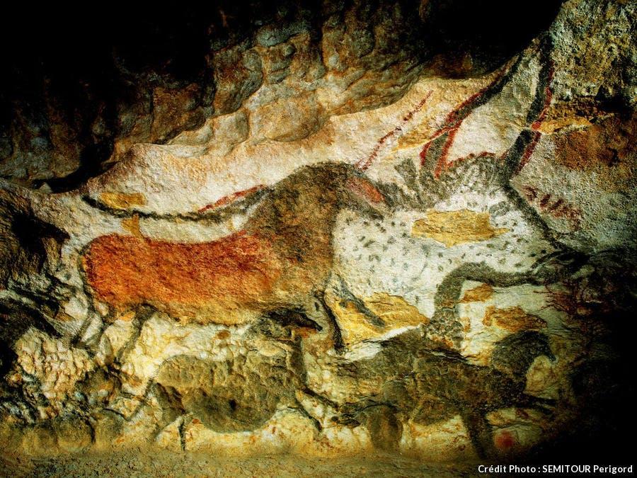 Peinture d'animaux sur les parois de la grotte de Lascaux