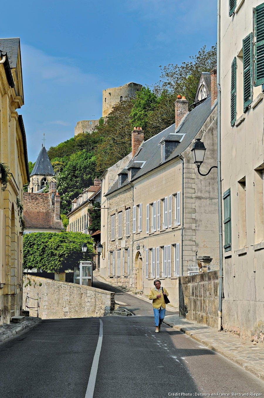 Route menant au chateau de la roche guyon