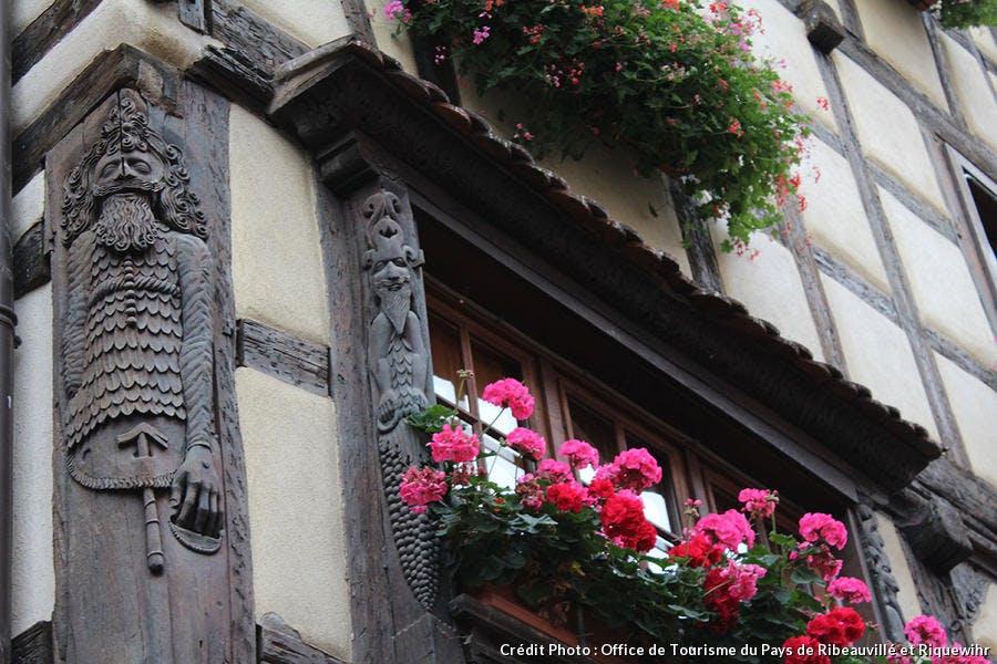 Pans de bois sculptés de figures et de motifs floraux