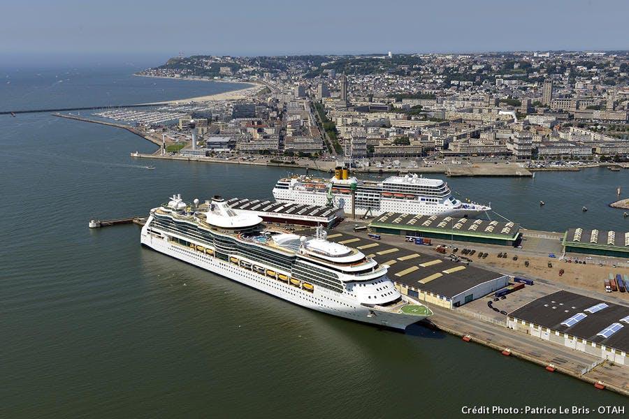un paquebot croisière dans le port du Havre
