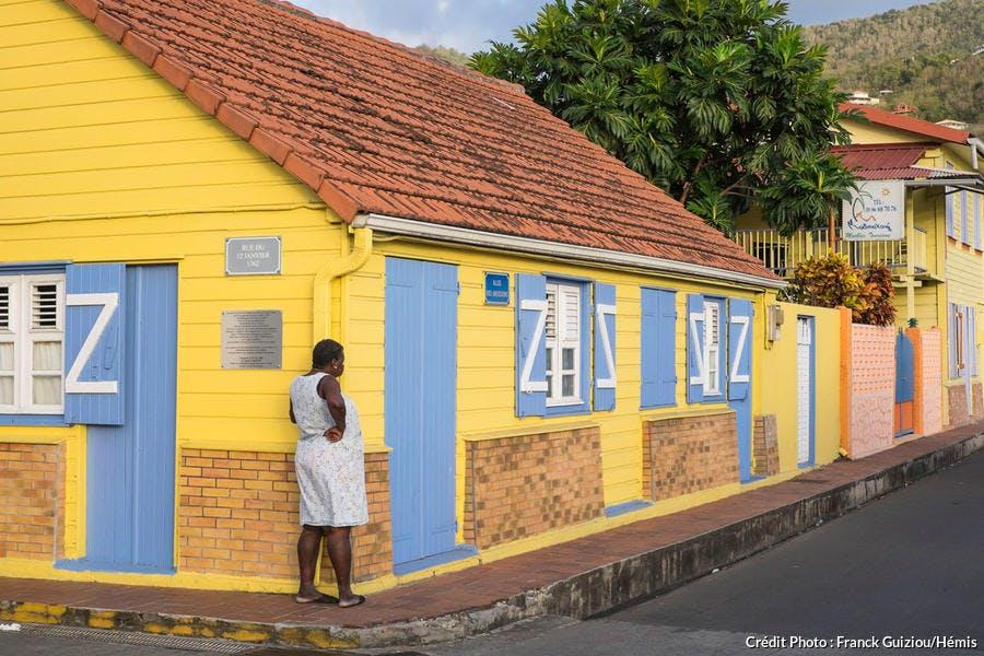 Vieilles maisons créoles en bois colorées aux Anses-d'Arlet