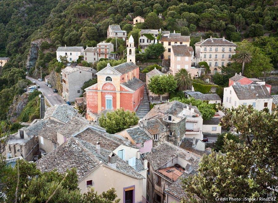Vue aérienne sur le village de Nonza.