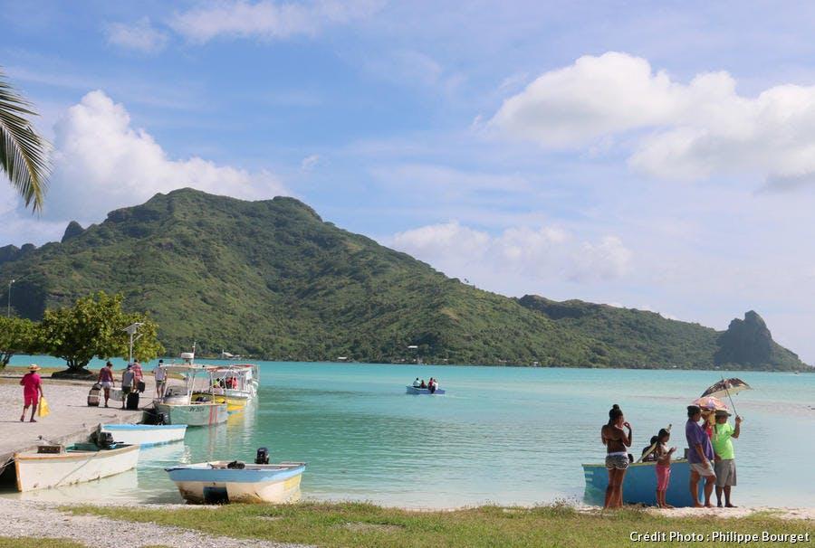 Embarcations sur la plage de Maupiti en Polynésie française