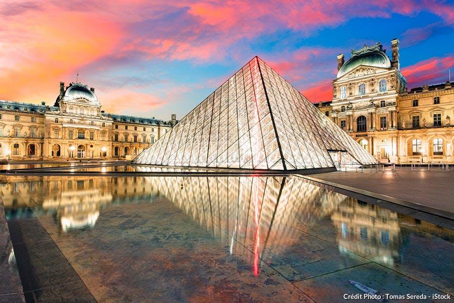 Le pyramide du Louvre lors d'une visite nocturne à Paris