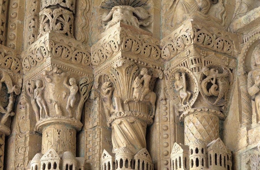 Sculptures gothiques à l'intérieur de la cathédrale Notre-Dame de Bourges