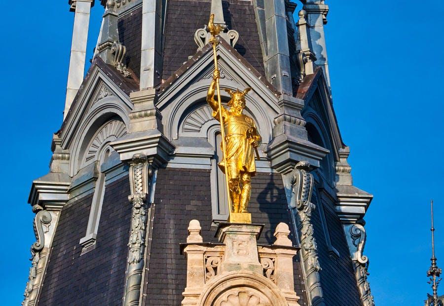 La statue dorée de Brennus sur la cathédrale de Saint-Etienne à Sens