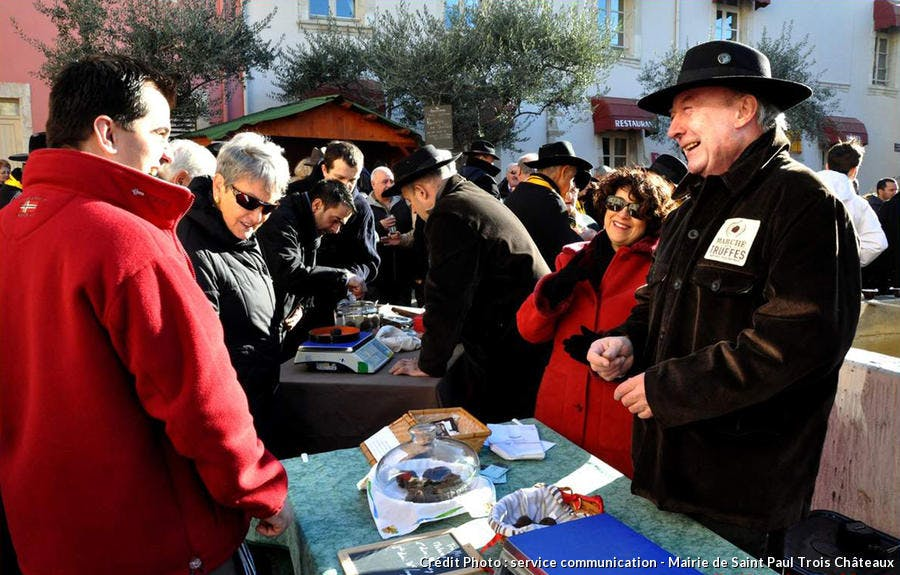 marché aux truffes à Saint-Paul-Trois-Châteaux