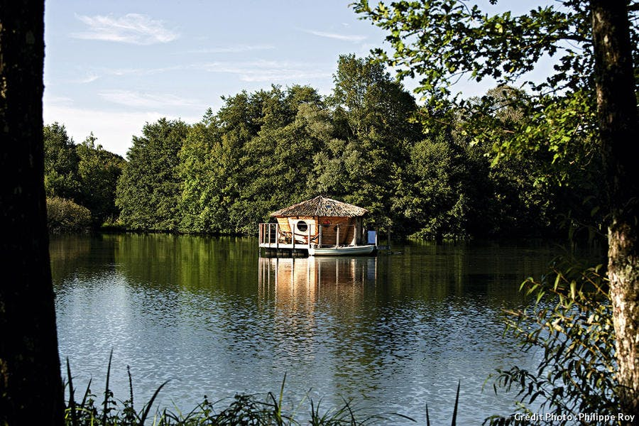 Les cabanes flottantes du Domaine des grands lacs.