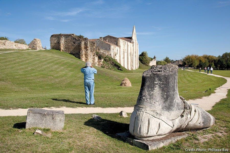Le pied de Gargantua parmi les ruines de l'abbaye de Maillezais