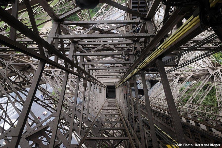 L'une des cages d'ascenseur de la tour Eiffel.
