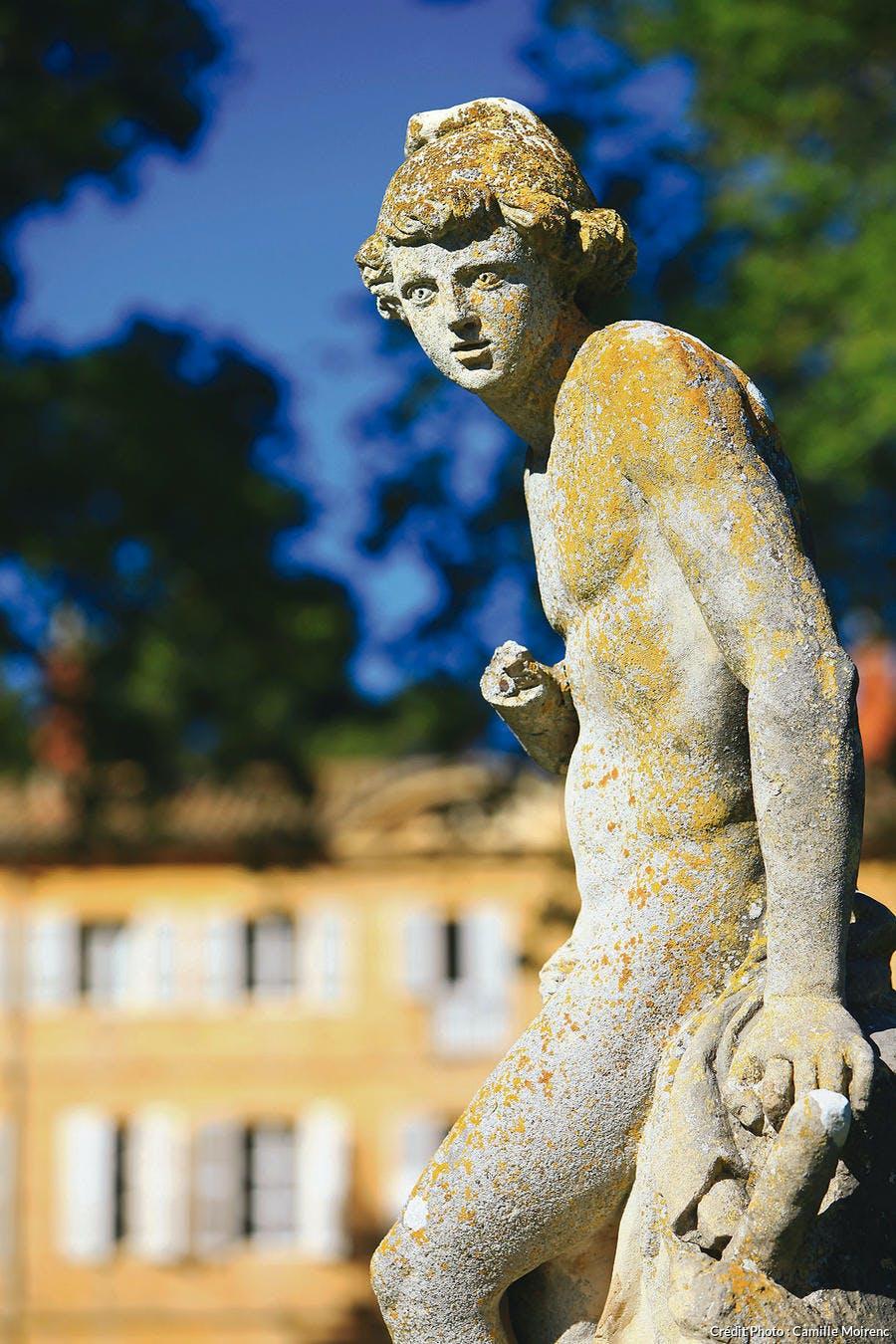 Statue qui agrémente les bassins des jardins à la française