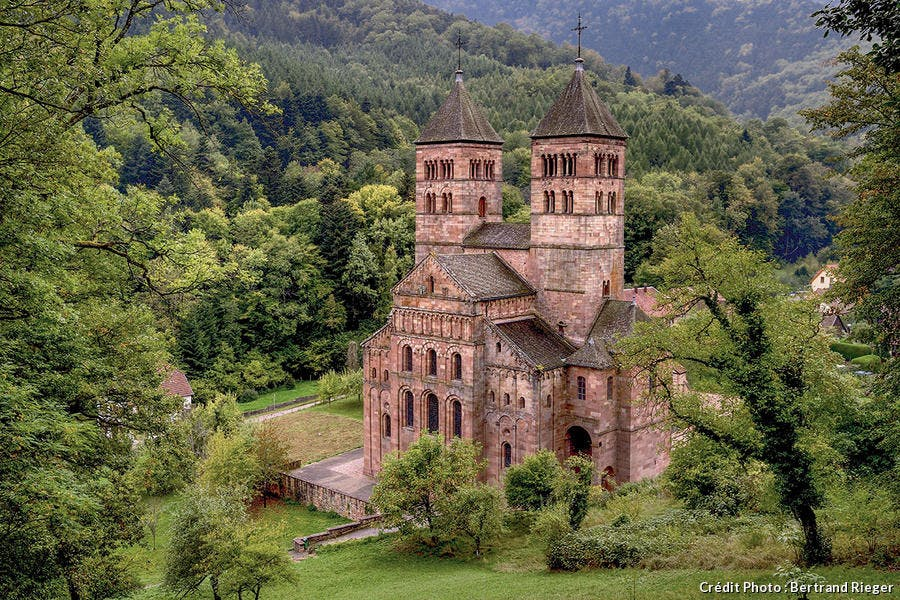 L'abbaye rose de Murbach au pied du Grand Ballon.