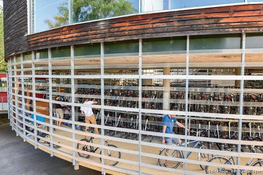 Parking à vélo mobile près de la gare de Fribourg.