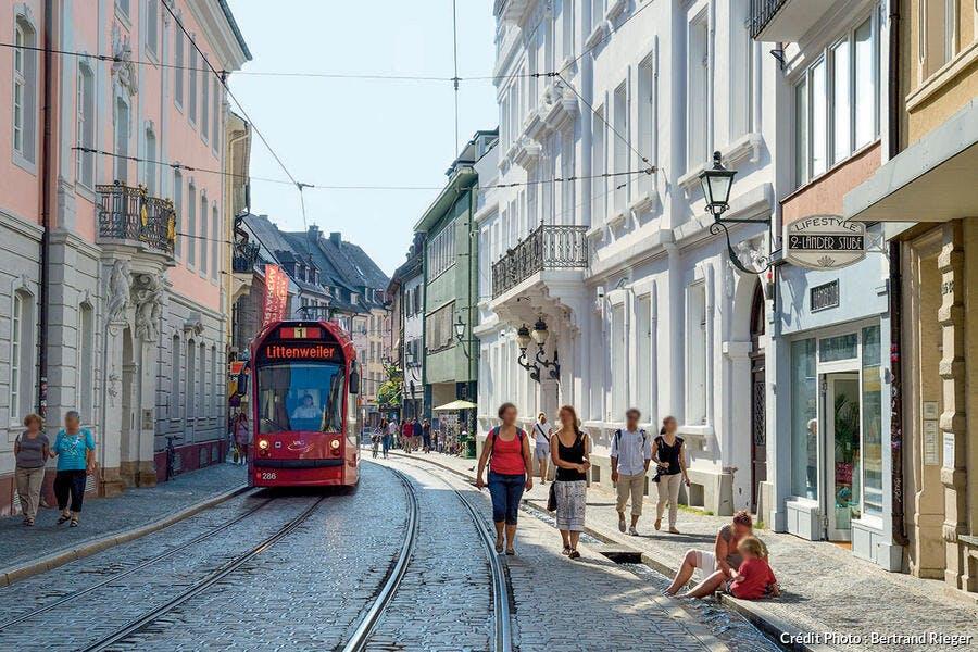 tramway à Fribourg et un Bächle, sorte de mini-canal.