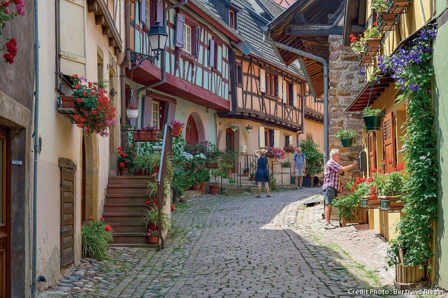 Ruelle pavée de Eguisheim, village préféré des Français 2013.