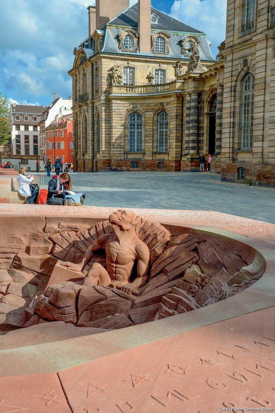Une chimère sort du sol place du Château à Strasbourg