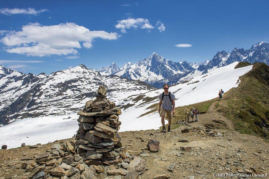Un cairn au pied du massif des Aiguilles Rouges