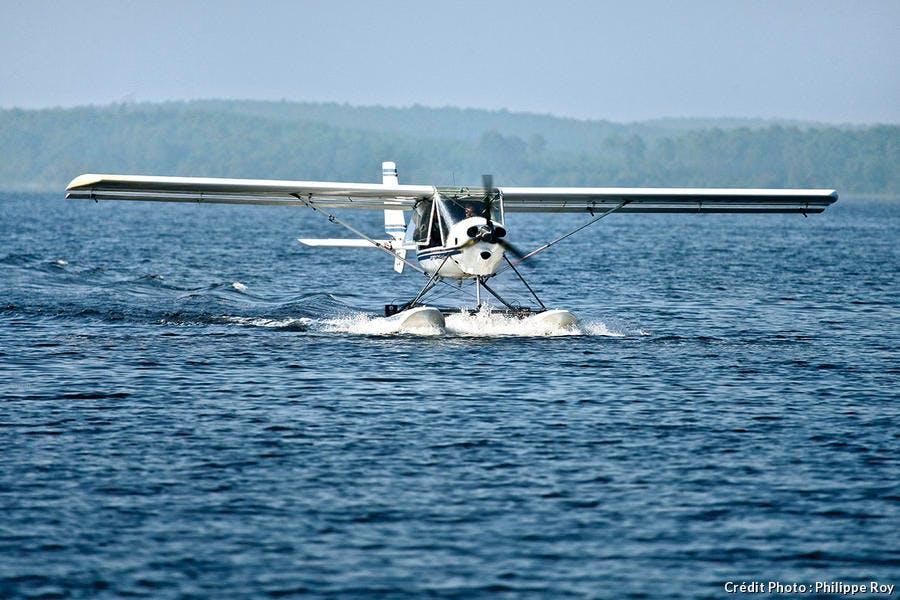 Atterrissage d'un hydravion sur le lac de Biscarrosse