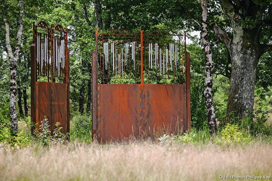 Portail-sculpture en fer forgé dans la forêt entre La Teste et Mont-de-Marsan