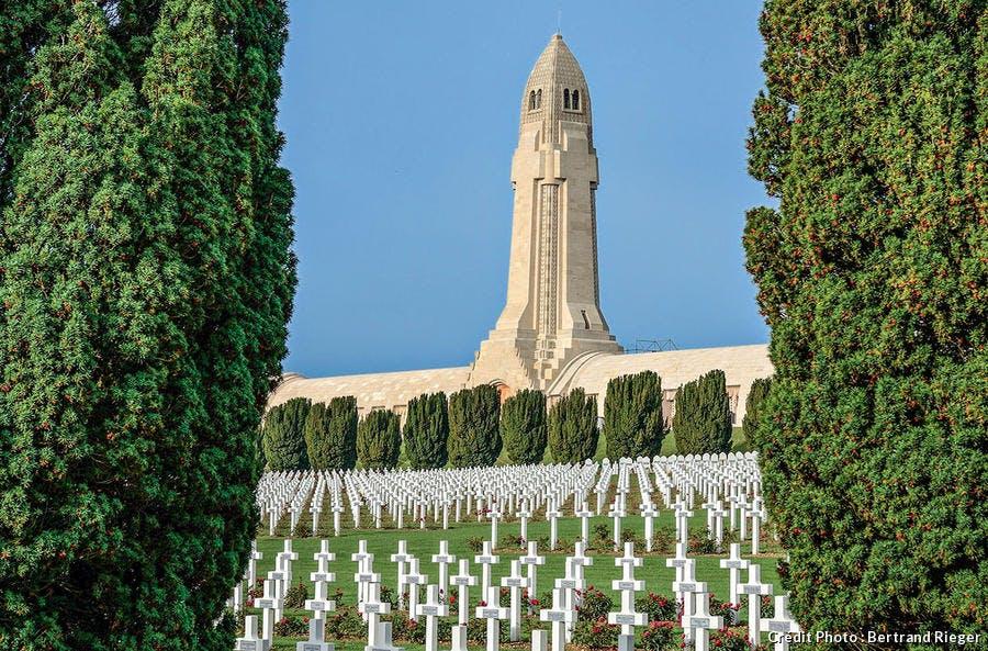 La tour des Morts au centre de l'ossuaire de Douaumont.