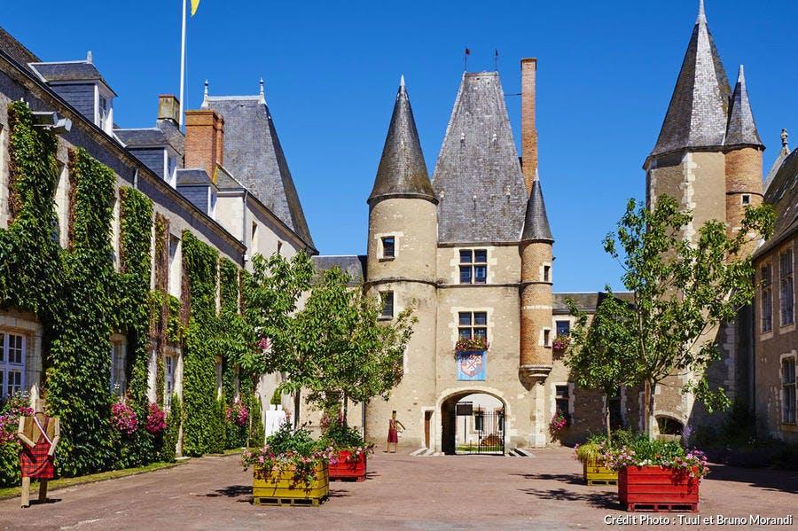 Château des Stuarts et hôtel de ville d'Aubigny-sur-Nère, sur la route Jacques Coeur, dans le Berry