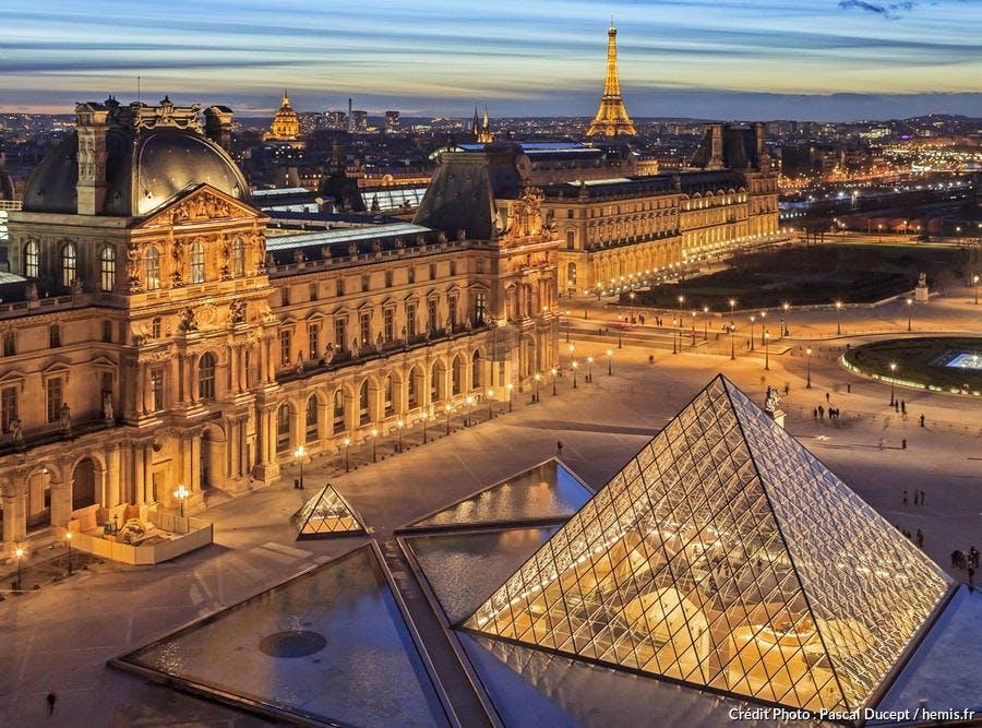 Le palais du Louvre de nuit, Paris