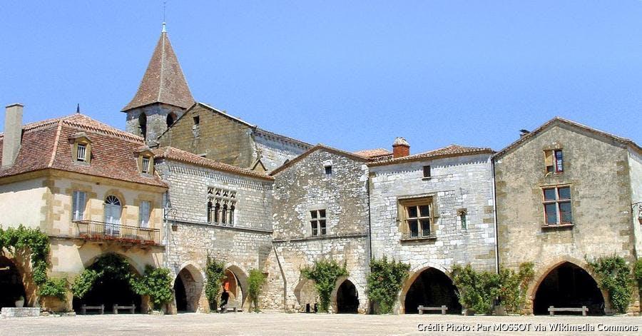 monpazier-place-des-cornieres-et-eglise-saint-dominique.jpg