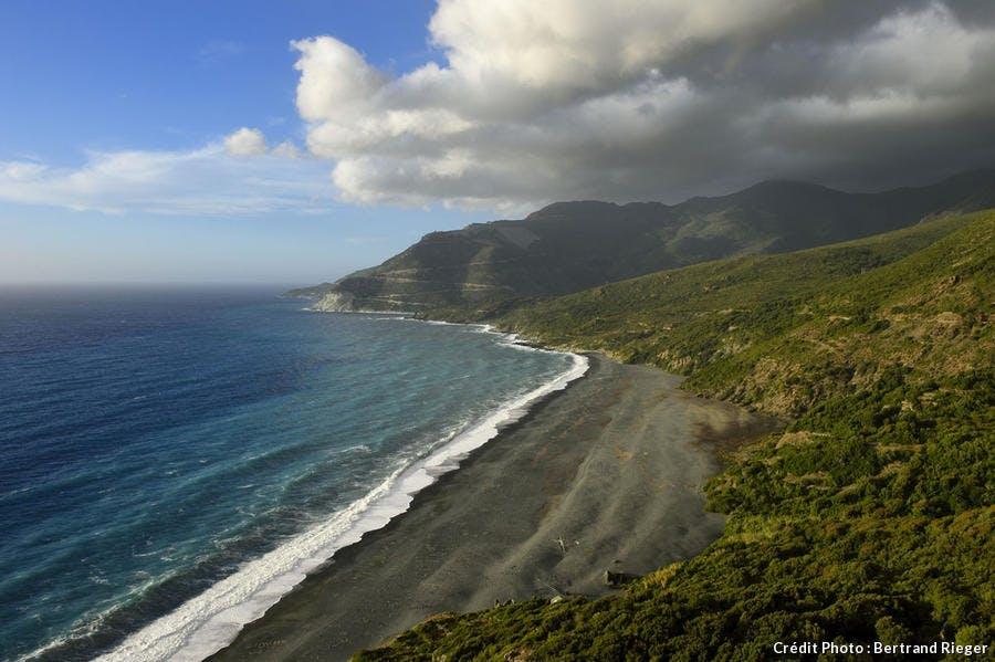 La plage de Nonza en Haute-Corse, célèbre pour son sable noir et ses galets gris.