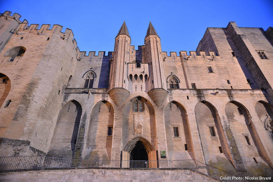 Le palais des Pâpes dans la ville d'Avignon