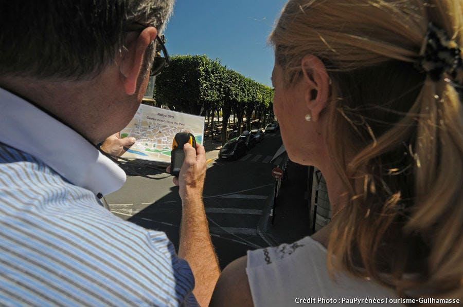 Des touristes visitent Pau équipés d'un GPS