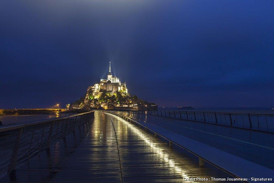 Mont-Saint-Michel de nuit vu depuis le pont-passerelle