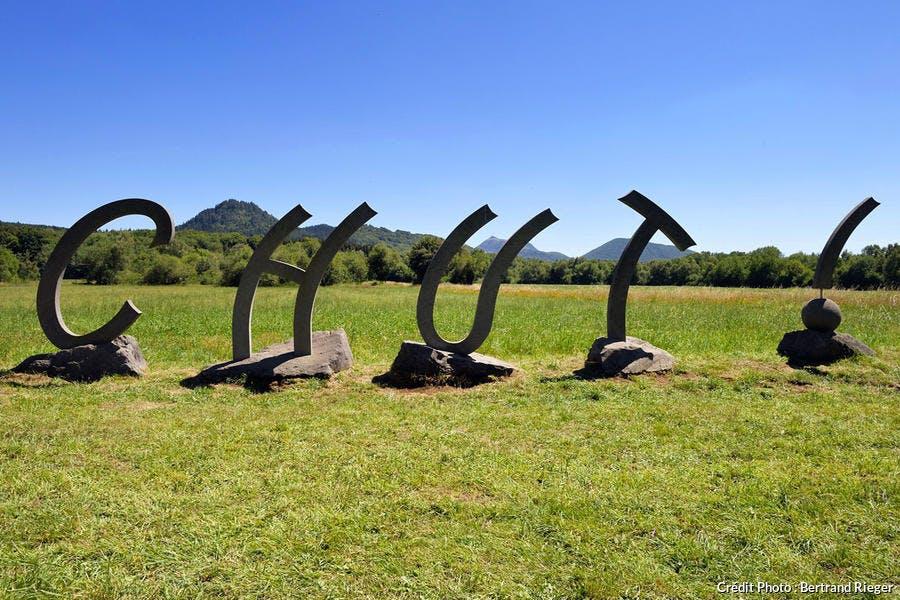 Sculpture de l'artiste volvicois Thierry Courtadon à Saint-Ours-les-Roches, Chaîne des Puys d'Auvergne