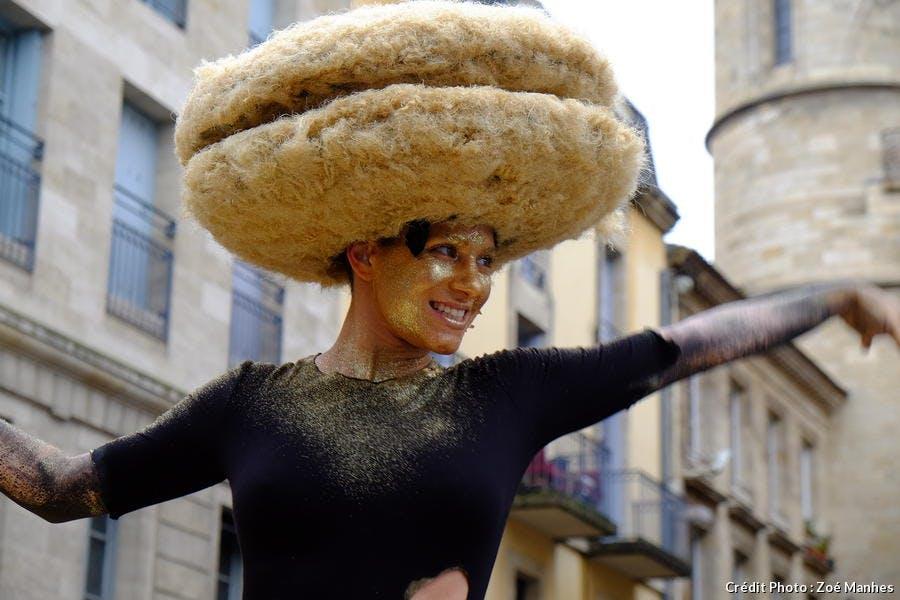 Une femme déguisée à Bordeaux