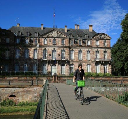 Cycliste sur la passerelle des Juifs, à Strasbourg
