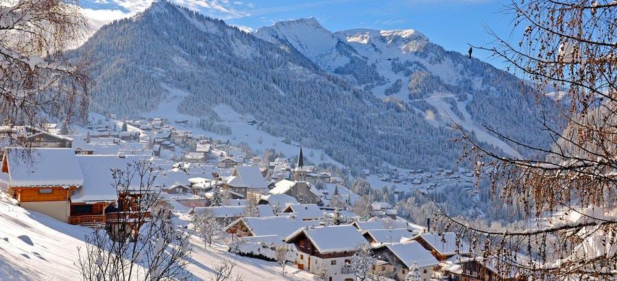Le charmant village de Châtel sous la neige
