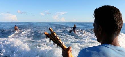 Sur une embarcation au large de l'ile de Rangiroa en Polynésie française
