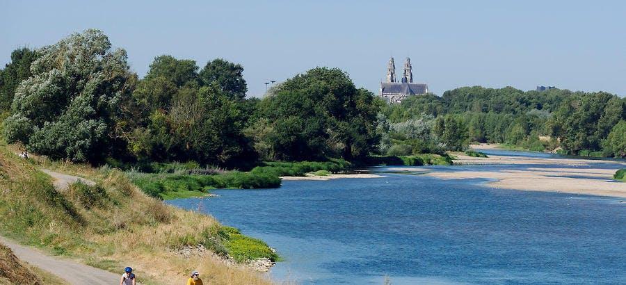 Tours au loin, et les deux tours de la cathédrale Saint-Gatien