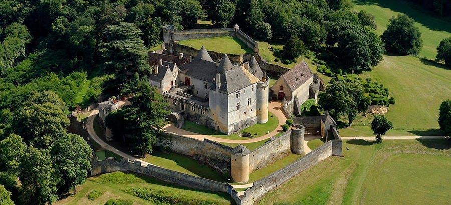 Vue aérienne du château de Fénelon, dans le Périgord noir