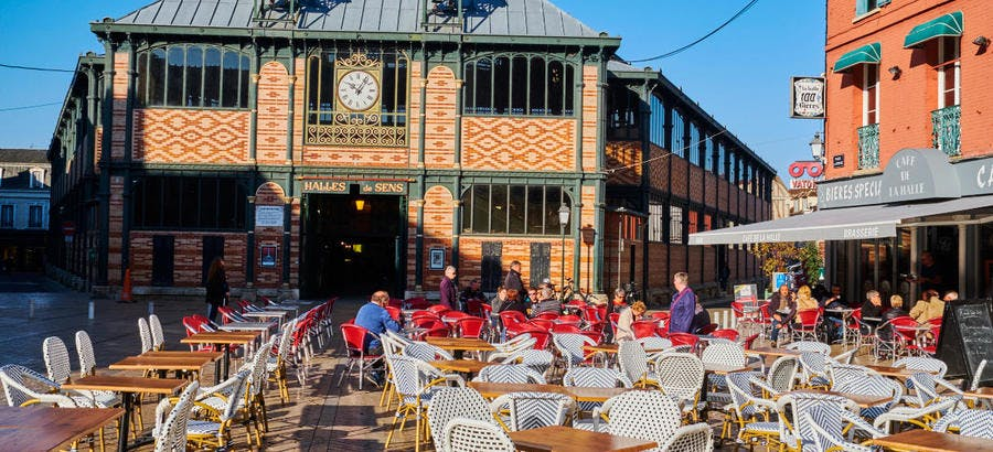 Le marché couvert, place de la République à Sens