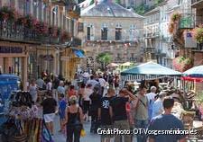 Rue animée de Plomblières-les-Bains