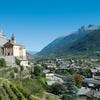 le chateau et l'église de saint Pierre entourés de vignes dominent lavallée